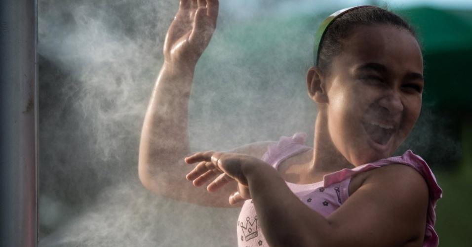 21.out.2012 - Criança se diverte com jato d'água no Parque do Ibirapuera, em São Paulo