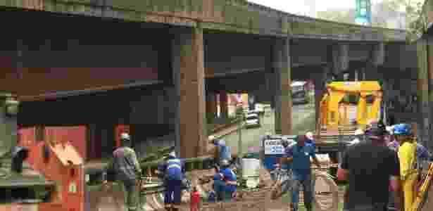 Em foto de 2012, início da demolição de rampa de acesso à perimetral, na altura da avenida Barão de Teffé, no Rio; a viga desaparecida é a parte marrom do viaduto - Gabriel de Paiva/Agência O Globo