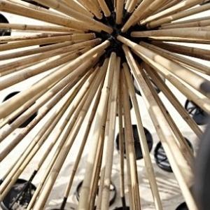 Feita com varas de bambu, ferro e plástico, a invenção tem custo relativamente baixo - Massoud Hassani/Mail OnLine