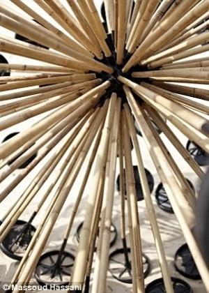 22.out.2012 - A invenção do afegão Massoud Hassani é desenhada para ser empurrada pelo vento. Feita com varas de bambu, ferro e plástico, a esfera pode ativar as minas que estiverem pelo caminho