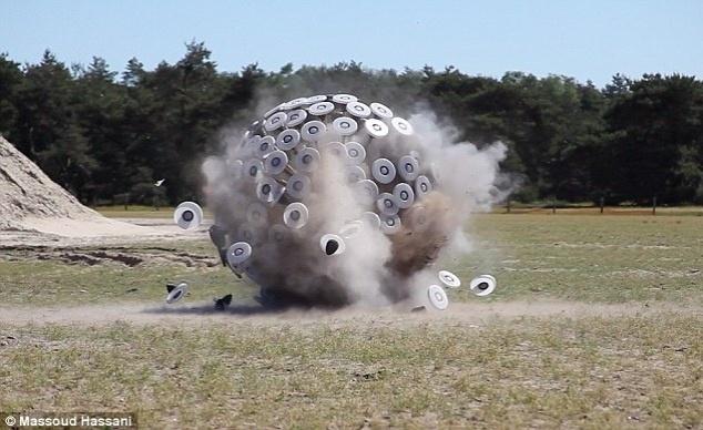 22.out.2012 - As esferas de Massoud Hassani já foram testadas por uma unidade militar holandesa no deserto do Marrocos. No entanto, o Exército holandês diz que a atual versão do aparelho ainda não está adequado para uso militar