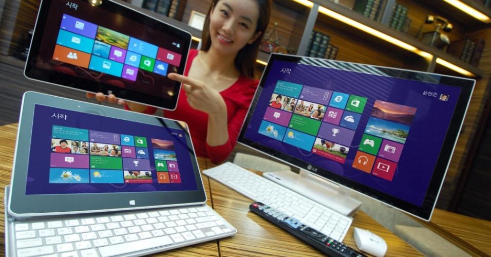 22.out.2012 - Com a chegada no Windows 8 em 25 de outubro, uma enxurrada de dispositivos com o sistema começa a aparecer. A LG lançou o H160 (esq.), um híbrido entre laptop e tablet: o portátil vem com um teclado deslizante. A tela do dispositivo é de 11,6 polegadas; o aparelho pesa 1.04 kg. A novidade estará disponível no mercado sul-coreano em 26 de outubro. À direita, outro dispositivo lançado, um computador tudo-em-um com tela touch de 23 polegadas, o LG V325