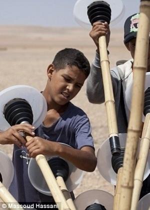 22.out.2012 - Feito com varas de bambu, ferro e plástico, a esfera possui custo de produção relativamente barato