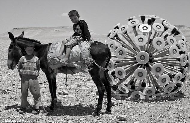 22.out.2012 - O invento, chamado Mine Kafon, é capaz de destruir até quatro bombas antes de ficar inutilizável. O aparelho criado por Massoud Hassani também possui um GPS ligado a um website que permite o rastrear os locais por onde passou