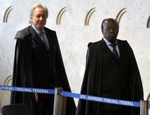Os ministros Ricardo Lewandowski (à esq.) e Joaquim Barbosa entram no plenário para julgamento do mensalão usando togas - Roberto Jayme/UOL