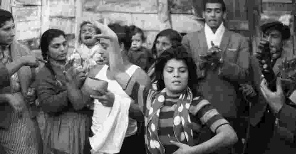 A mostra também revisa os anos 40, 50 e 60, em que ocorre a migração dos ciganos do campo para as cidades e das cidades aos subúrbios dos centros urbanos. Isabel Hernángez, conhecida como Colita, tirou essa foto em 1963 - Isabel Hernángez
