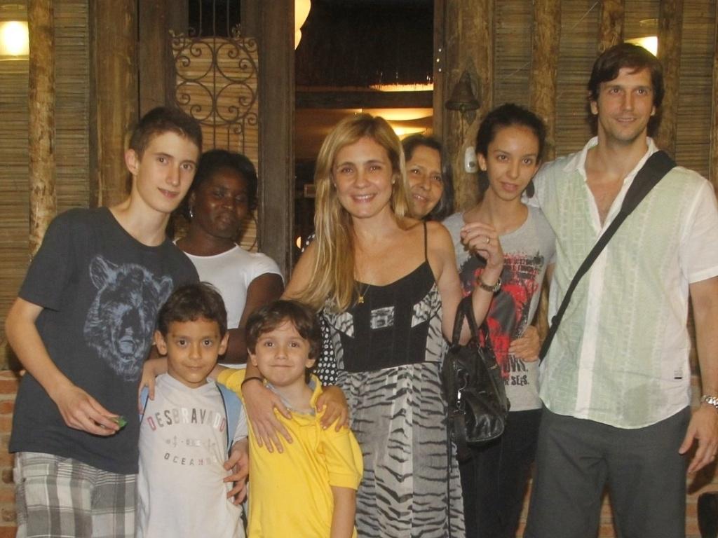 Adriana Esteves comemora com o marido Vladimir Brichta o aniversário do filho Vicente, de 6 anos, em casa de festas na Barra da Tijuca, Rio de Janeiro (22/10/12)