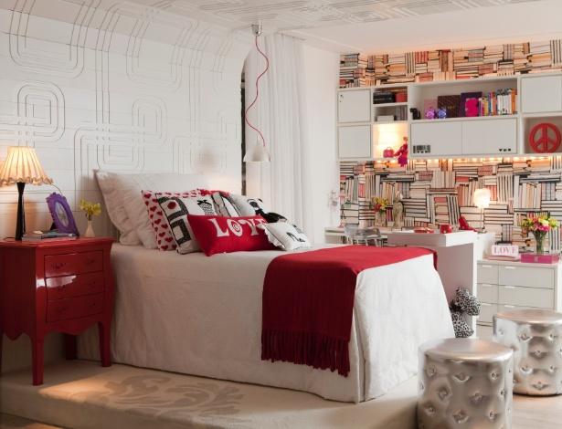 No projeto da arquiteta Clélia Regina Angelo, o vermelho dá o toque feminino ao quarto - Divulgação