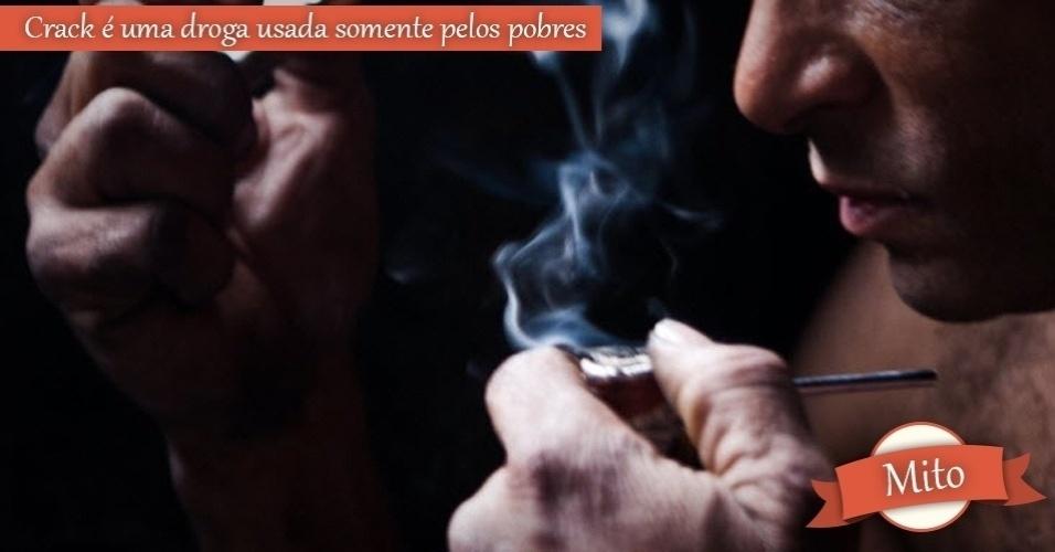 homem fumando crack