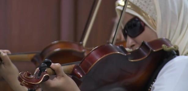 Jovem cega toca violino em orquestra do Egito  - Reprodução/BBC