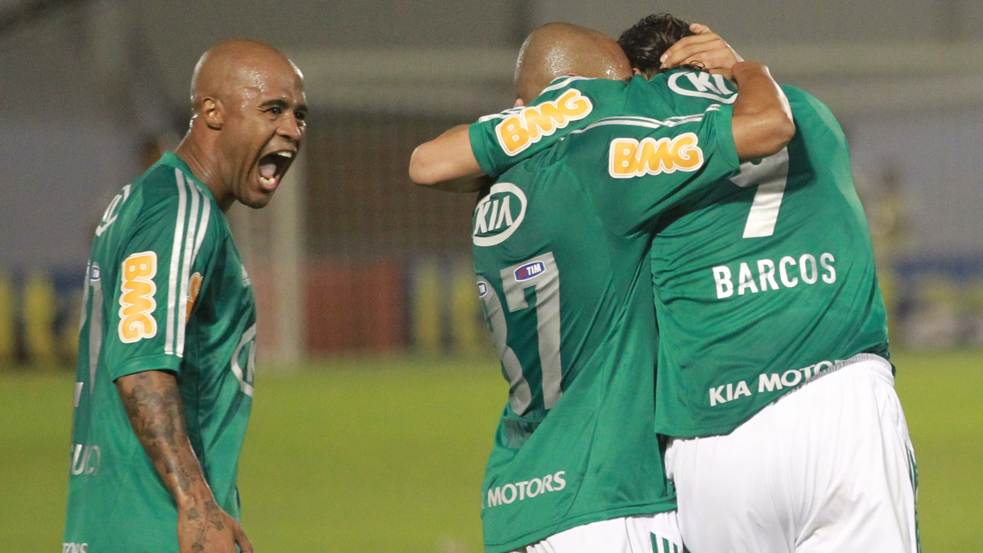 Marcos Assunção vibra bastante com gol de Barcos diante do Cruzeiro