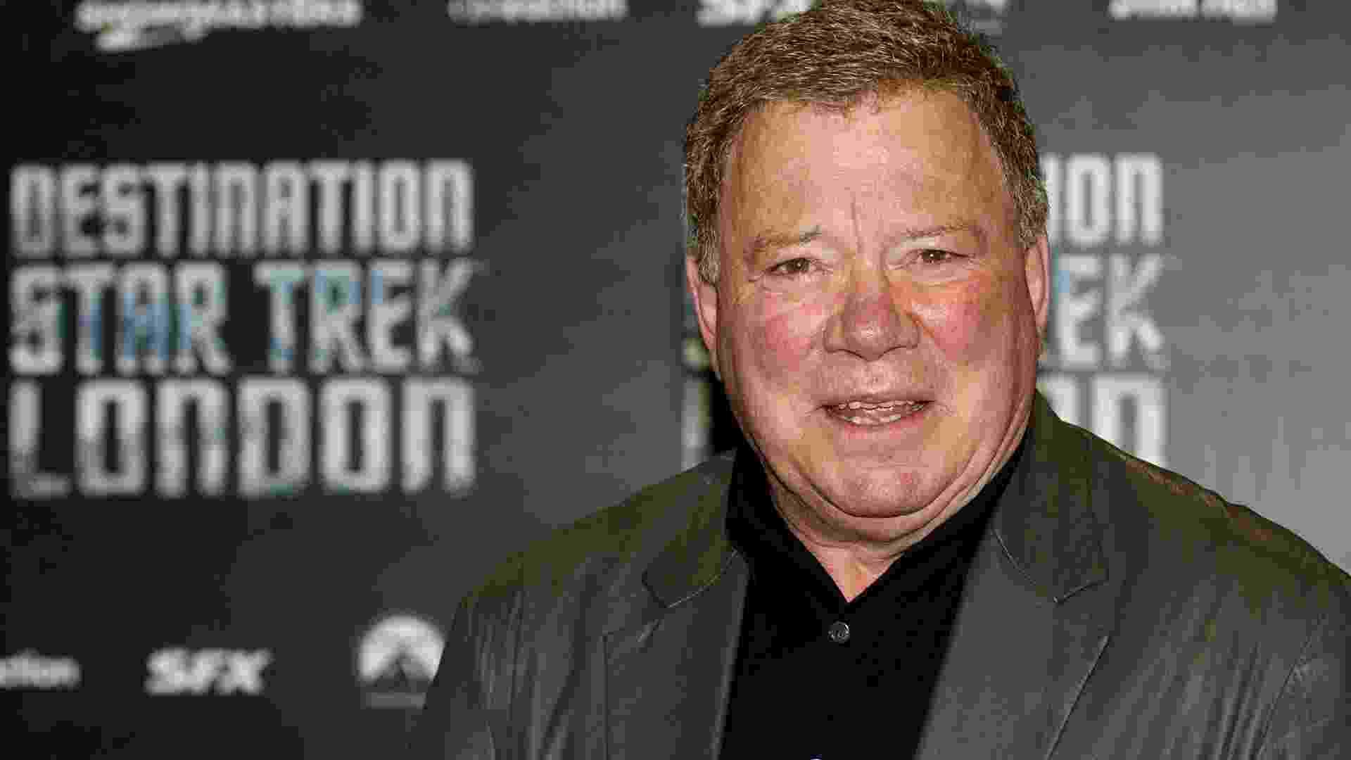 """O ator norte-americano William Shatner, que viveu o Capitão Kirk na série """"Jornada nas Estrelas"""", chega à abertura do evento """"Destination Star Trek London"""", que acontece em Londres. Uma réplica da ponte da espaçonave Enterprise, uma zona Klingon e um museu dedicado à série de 46 anos de idade foram erguidos na ExCel para o evento (19/10/12) - Leon Neal/AFP"""