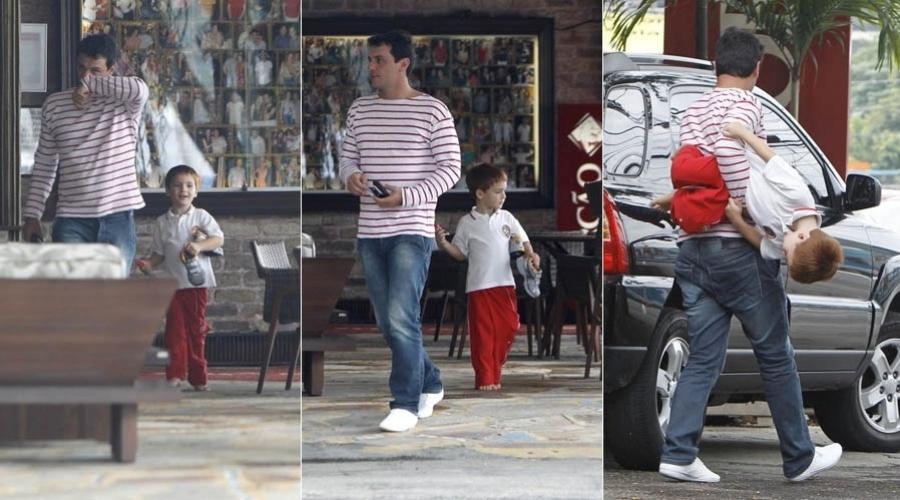 Rodrigo Lombardi brinca com o filho em churrascaria do Rio (22/10/2012)