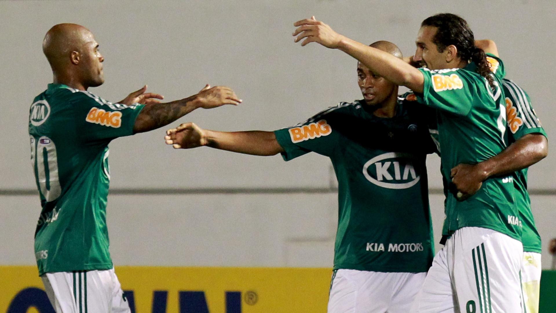 Wesley e Barcos chamam Marcos Assunção para a comemoração de gol