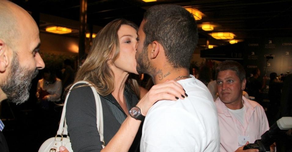 A atriz Luana Piovani beija o marido Pedro Scooby no lançamento da coleção de verão do estilista Ricardo Almeida, em São Conrado, Rio de Janeiro (22/10/12)