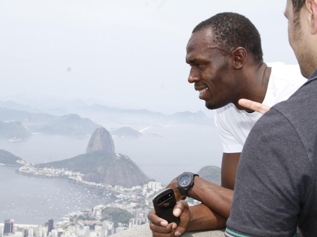 Com o Corcovado ao fundo, Usain Bolt curte o Rio de Janeiro visto do Cristo Redentor, durante visita à capital carioca (23/10/2012)