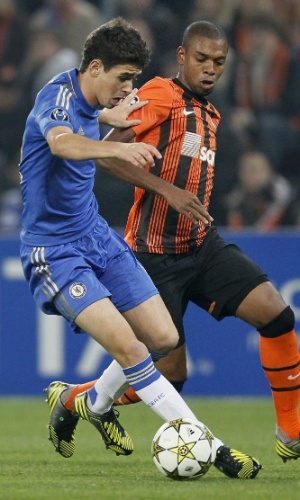 23.out.2012 - Duelo de brasileiros em Donetsk; Oscar (e), do Chelsea, disputa jogada com Fernandinho, do Shakhtar, em jogo da Liga dos Campeões