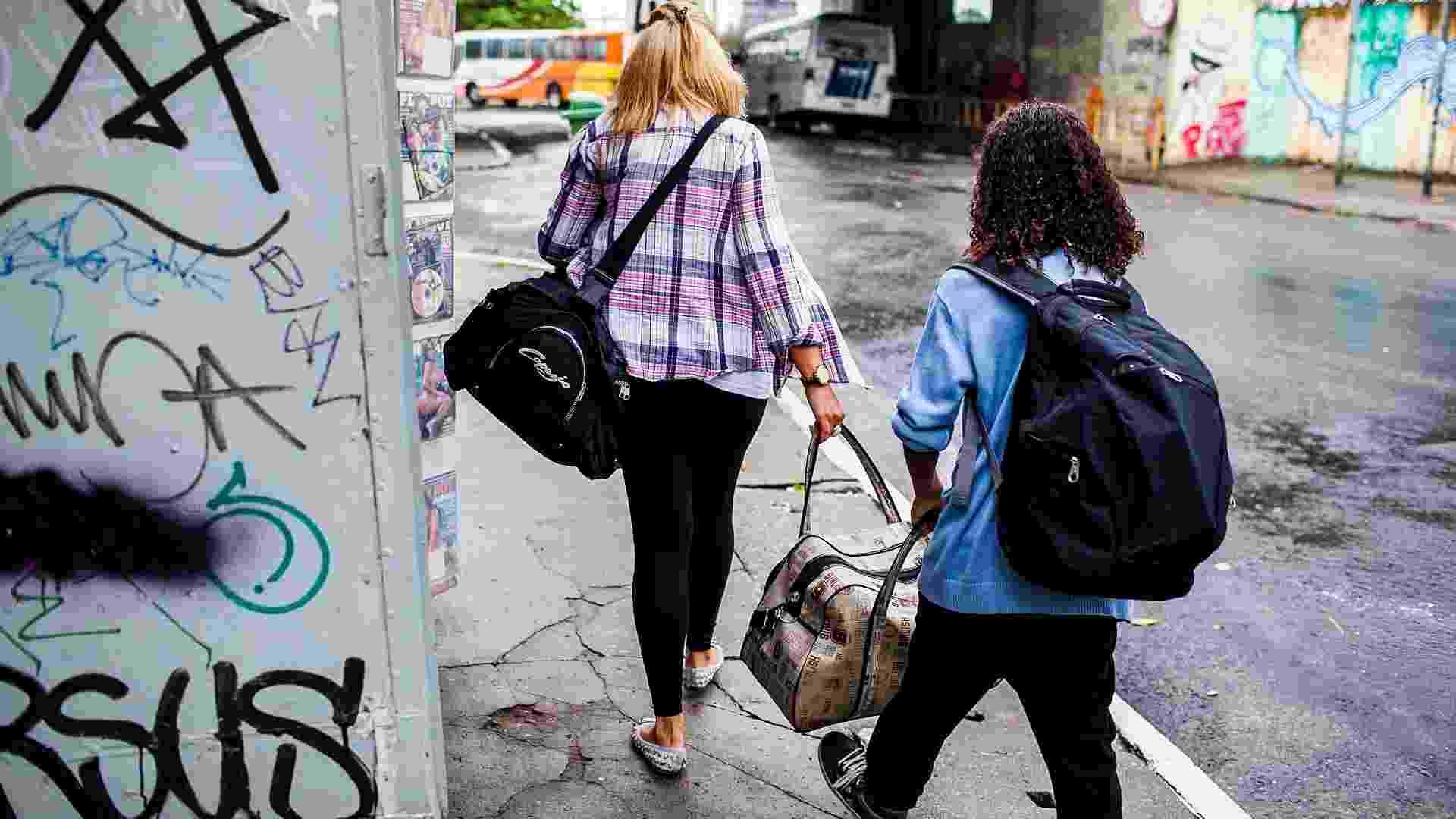 Isaque e Rosangela se preparam para voltar ao Terminal Barra Funda e procurar a casa de uma amiga na Zona Norte de São Paulo - Leonardo Soares de Souza/ UOL