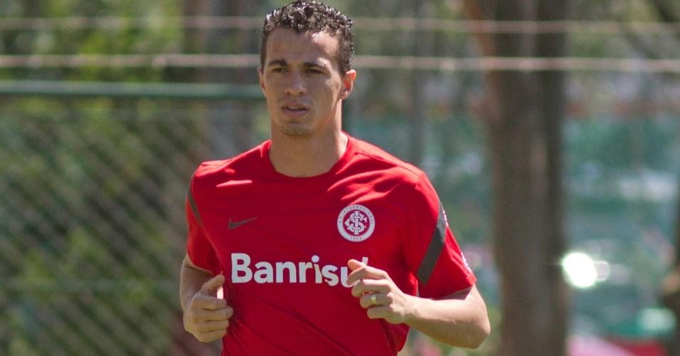 Leandro Damião corre em volta do gramado durante treino do Inter nesta terça-feira (23/10/2012)