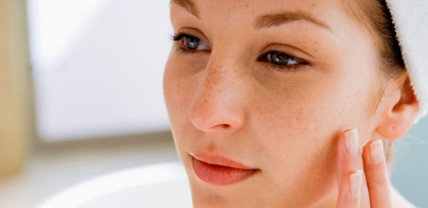Independente do tom da pele, as manchas faciais - causadas por exposição solar, acne ou decorrentes de variações hormonais - causam incômodo e prejudicam a uniformidade da pele - Thinkstock