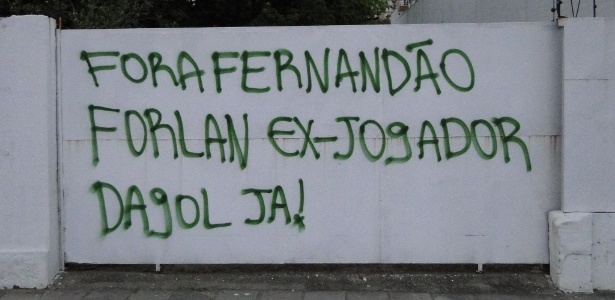Protesto contra má campanha do Inter rendeu muro pichado perto do estádio Beira-Rio - Carmelito Bifano/UOL Esporte