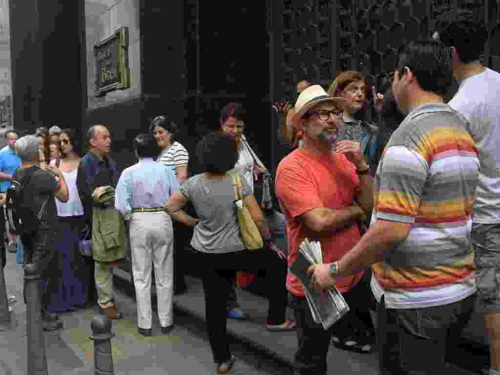 """Poucos admiradores do movimento artístico aguardavam a abertura da exposição """"Impressionismo"""" em frente ao CCBB do Rio (23/10/2012) - Ricardo Cassiano/UOL"""