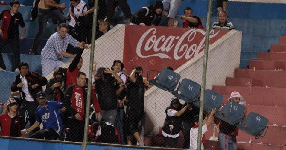 Torcedores do Colón depredam cadeiras durante partida contra o Cerro Porteño
