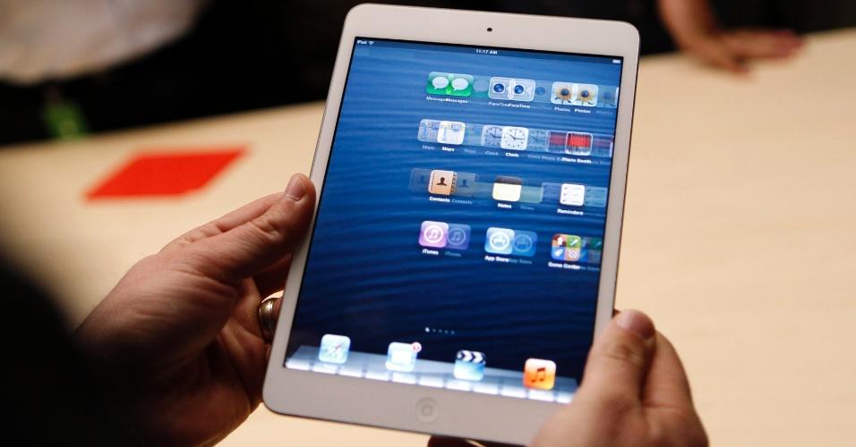 Visitante examina o iPad mini, em evento da Apple realizado nesta terça-feira (23), em San José (Califórnia, EUA). Os preços para as versões apenas com Wi-Fi são US$ 329 (16 GB), US$ 429 (32 GB) e US$ 529 (64 GB) nos Estados Unidos, onde a novidade será lançada em 2 de novembro