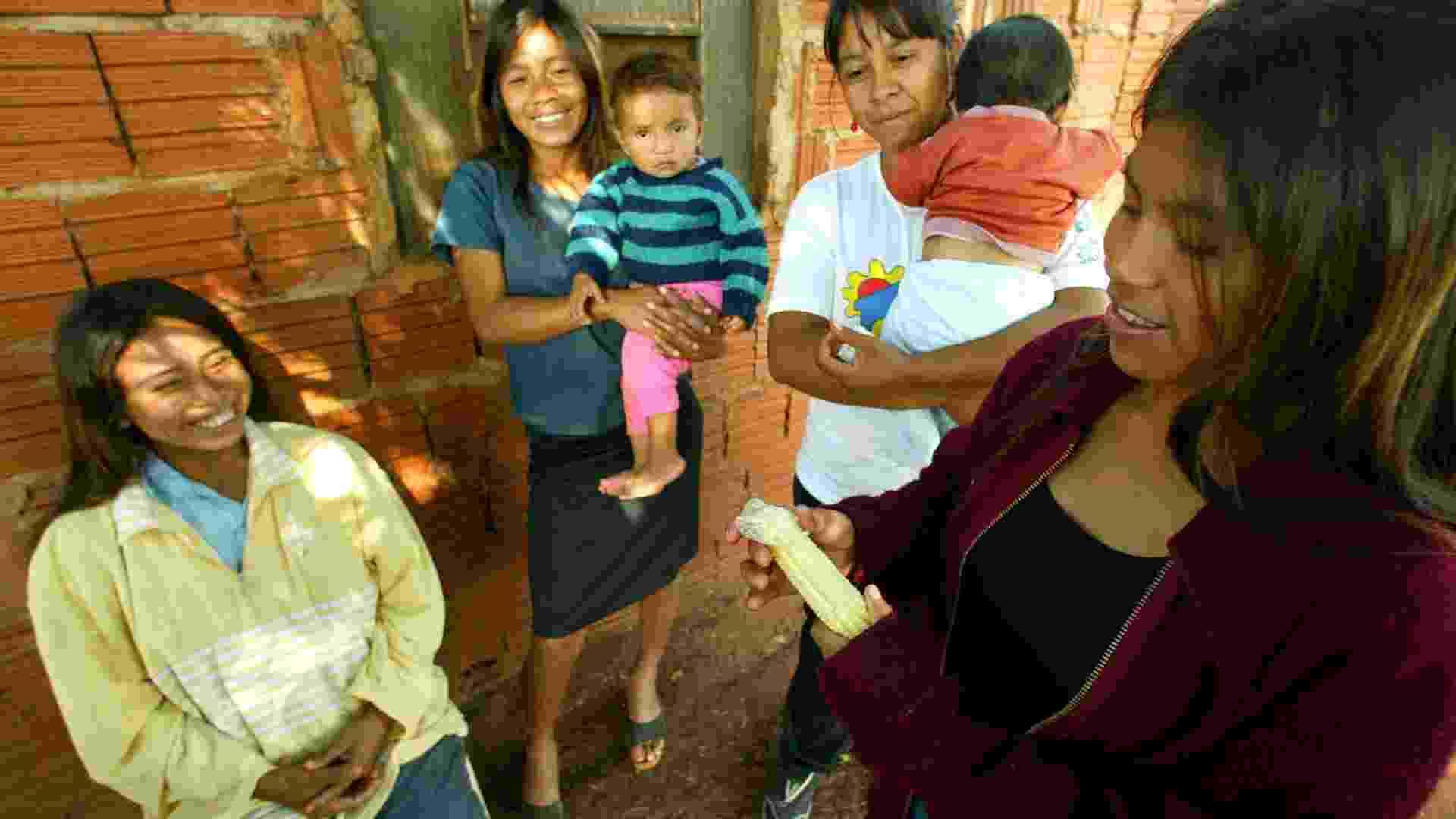 16.jul.2003 - Índios guaranis-kaiowás, na aldeia Bororó, em Dourados, aprendem com agente de saúde indígena a colocar camisinha usando um sabugo de milho - Juca Varella/Folhapress