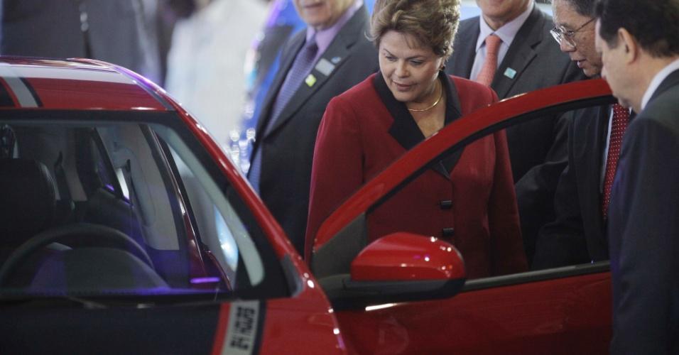 24.out.2012 - A presidente Dilma Rousseff visita as dependências do 27º Salão do Automóvel de São Paulo, que acontece no Pavilhão de Exposições do Anhembi, nesta quarta-feira (24)