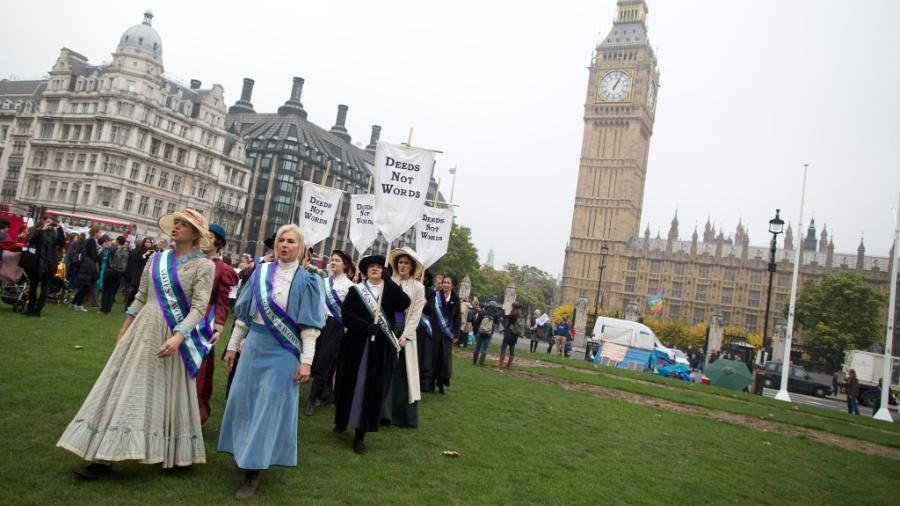 """Feministas vestidas com a fantasia """"As Sufragistas"""", que faz referência às mulheres que historicamente demandaram o direito de voto - Andrew Cowie/AFP"""