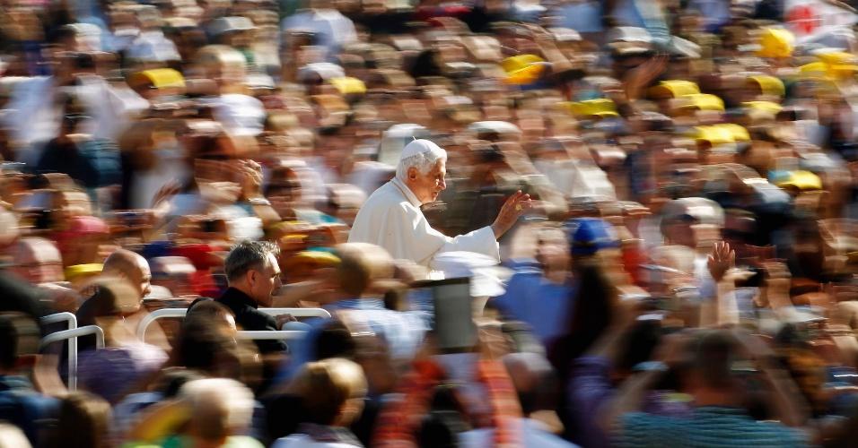 24.out.2012 - Papa Bento 16 chega à praça de São Pedro, no Vaticano, nesta quarta-feira (24), onde realizará missa