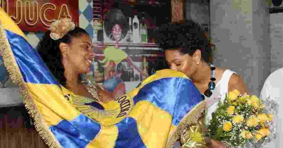 A atriz Juliana Alves foi anunciada como a nova rainha da bateria da escola de samba carioca Unidos da Tijuca (24/10/12). O evento aconteceu na Cidade do Samba, centro do Rio. Juliana recebeu flores da porta-bandeira Giovanna - Foto Rio News