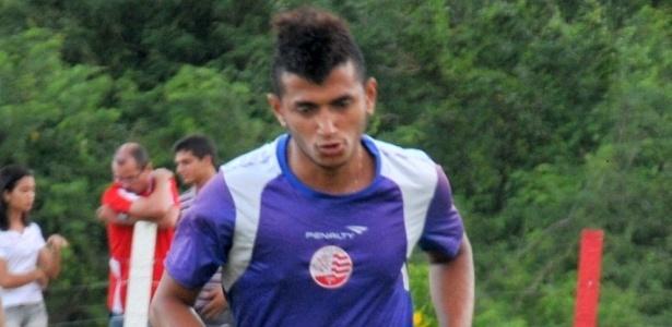 Atacante Rogério corre durante treino do Náutico