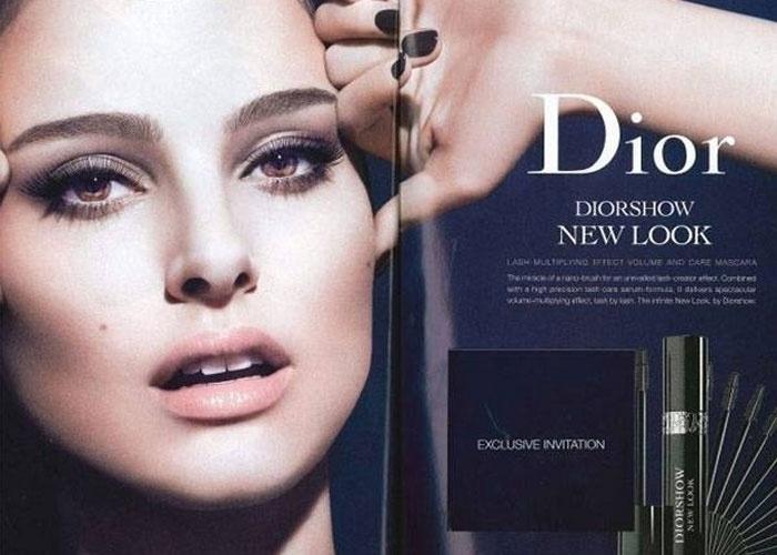 Cílios lindos, não? O efeito nos olhos da atriz Natalie Portman, no entanto, não teria sido obtido com o rímel anunciado pela Christian Dior, mas sim com algumas camadas de Photoshop. Segundo o ''Independent'', o anúncio acima não poderá ser mais veiculado no Reino Unido, pois a Autoridade de Padrões de Propaganda entendeu que a imagem pode enganar os consumidores (''pode ser entendido que o rímel alonga os cílios e os separa, além de aumentar sua espessura e volume'', diz o texto que determinou a proibição). O exagero no Photoshop foi denunciado à autoridade pela L'Oreal, concorrente do anunciante acima