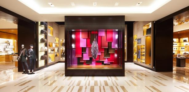 """Entrada da nova loja da Louis Vuitton, no shopping Cidade Jardim, de São Paulo. O espaço traz todas as coleções completas da grife de luxo francesa. Ao centro, a peça Açaí, umas das doze criadas pelos irmãos Campana especialmente para celebrar a chegada da """"global store"""" ao Brasil - Divulgação"""