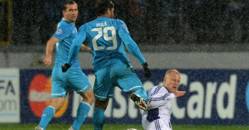 Hulk, atacante da seleção brasileira e do Zenit, tenta a jogada contra Tomas Hubocan, do Anderlecht, em partida da fase de grupos da Liga dos Campeões