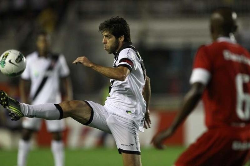 Juninho Pernambucano domina a bola observado por Kleber, do Internacional, durante partida em São Januário
