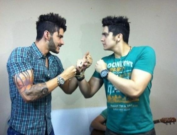 """Luan Santana e Gusttavo Lima fazem pose de """"MMA Sertanejo"""" em imagem do Twitter. """"Vai encarar? MMA Sertanejo"""", escreveram na rede social (23/10/12)"""