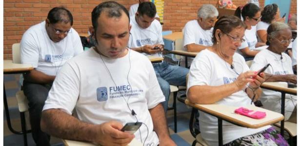 Sala de aulas de alfabetização de adultos usa smartphone como ferramenta de apoio - Reprodução