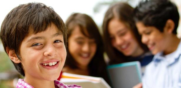 """Pesquisadores avaliam que os adolescentes mais extrovertidos compreendem mais cedo """"as regras do jogo"""" da sociedade, como ganhar a confiança dos colegas, em quem confiar e como se relacionar. - Thinkstock"""