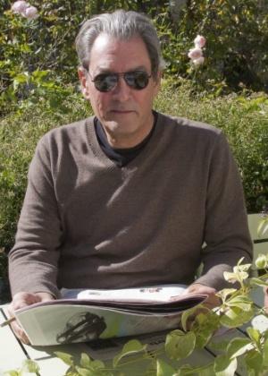 O autor Paul Auster concede entrevista à EFE no jardim de sua casa, no Brooklyn, em Nova York (23/10/12) - EFE/ Miguel Rajmil