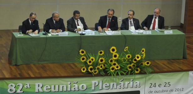 O ministro da Educação, Aloizio Mercadante (centro, de gravata vermelha), participou nesta quarta-feira da reunião do Crub (Conselho de Reitores das Universidades Brasileiras) - Antônio Cruz/ABr