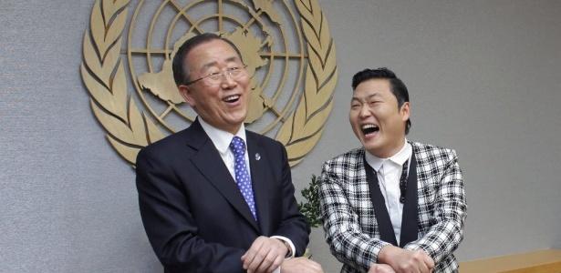 """O secretário-geral da ONU, Ban Ki-moon, arrisca passos de """"Gangnam Style"""" junto de PSY (23/10/12) - Eduardo Munoz/Reuters"""