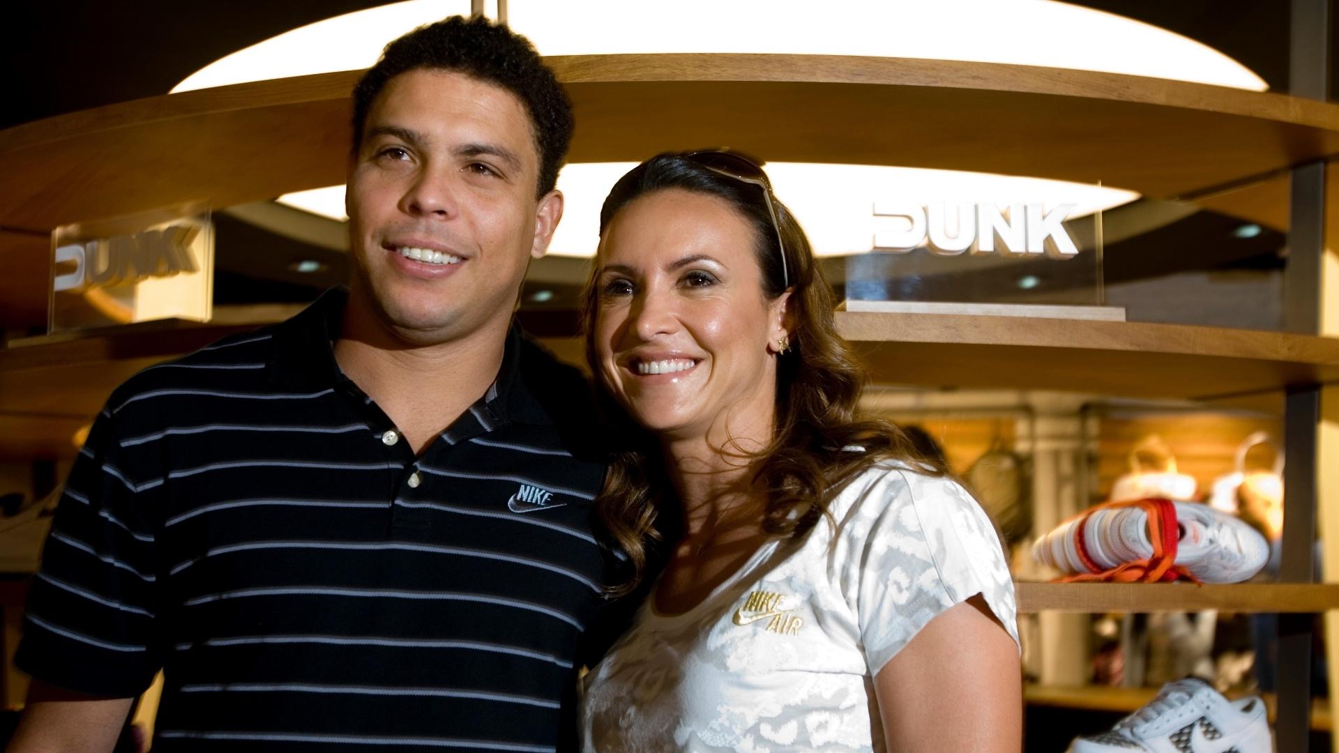 Ronaldo posa para foto ao lado da atleta Maurren Maggi em inauguração de loja da Nike, no bairro de Pinheiros