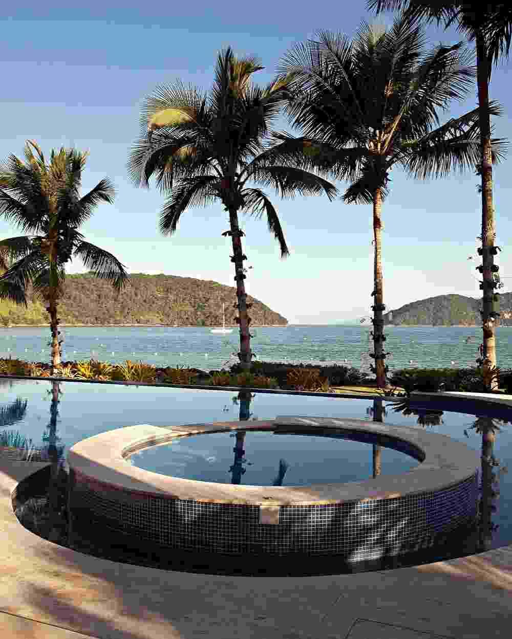 A piscina com borda infinita une-se virtualmente ao mar da praia de Tabatinga, litoral paulista. Na área de lazer da casa projetada pela arquiteta Selma Tammaro, um pequeno spa dá conforto aos moradores e convidados em dias de calor intenso - Gui Morelli/ Divulgação