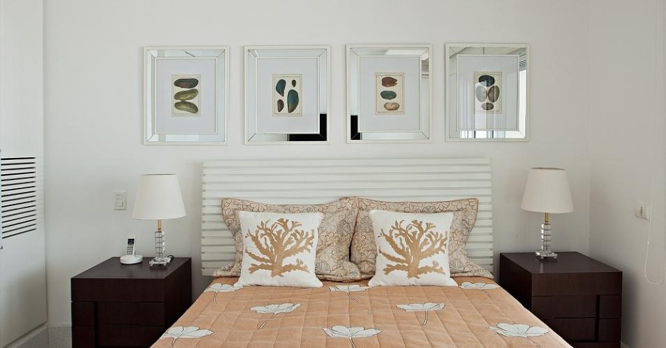 Mantendo um padrão de almofadas com estampa de corais e quadros sobre as camas, este é um dos nove quartos da Casa Tabatinga, no litoral de São Paulo. A divisão dos dormitórios entre