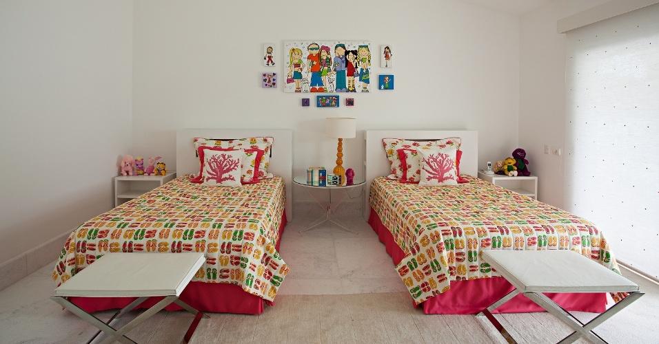 O quarto das meninas, no andar superior, é apenas uma das cinco suítes de que dispõe a Casa Tabatinga, no litoral paulista, com projeto de Selma Tammaro. Destaque para os banquinhos junto aos pés das camas, que servem de apoio a roupas e objetos