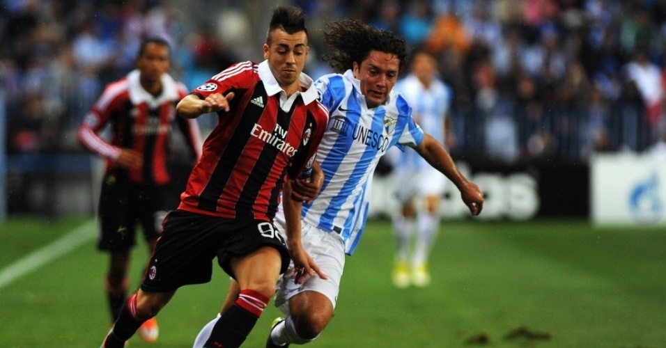 Stephan El Shaarawi, atacante do Milan, tenta a jogada dob vigilância do chileno Manuel Iturra, do Málaga, em partida da Liga dos Campeões