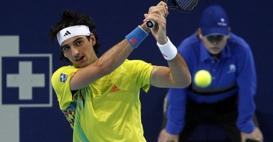Thomaz Bellucci rebate para Roger Federer durante a segunda rodada do Torneio da Basileia